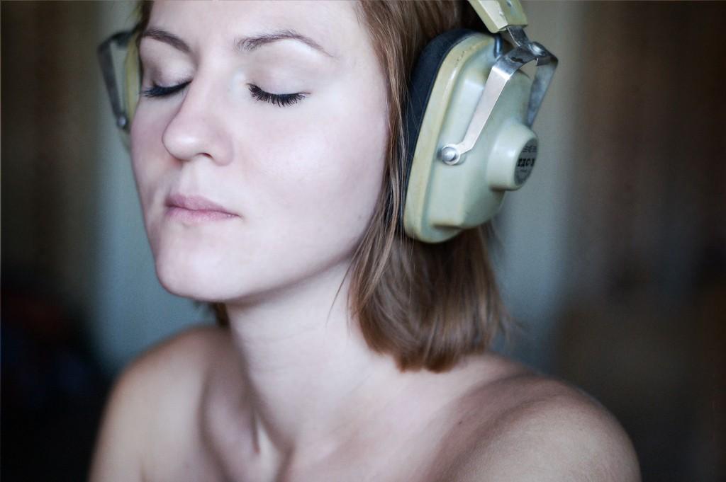 Music Listening makes us feel good brain brainwave science binaural beats